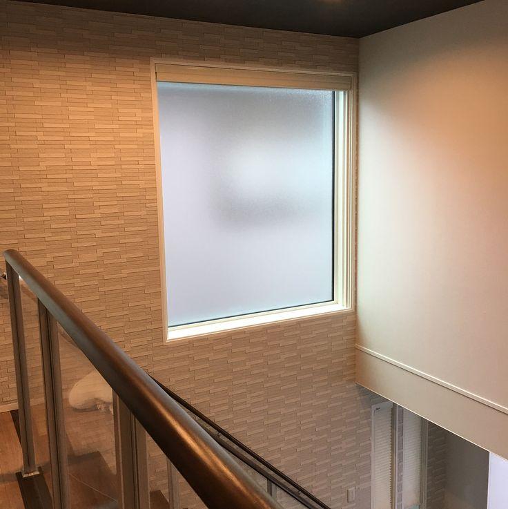 ・ 引き渡しから2カ月経ち、我が家の個人的な後悔ポイントを記録したいと思います💦 ・ 興味ない方すみません🙏💦 ・ pic1 お風呂の窓・ 湯船の横一面に窓を取ってしまいましたが、この窓はペアガラスって事もあり結構な冷気が😱窓が広いと窓の掃除窓の前の棚の掃除、鏡の掃除の幅も大きいので、小さめの窓を湯船の前の鏡の部分にすれば良かった😭 ・ pic2 お風呂の換気扇・ 標準仕様にしてしまいました。涼風が付いていない簡易タイプ。浴室干しはしないけど夏涼風にしなかったら暑くないのだろうか?と今から恐れています。。 ・ pic3 ダイニング上の吹抜のダウンライト・ 電球色のダウンライト+調光色のスポットライトにしましたが、電球色のダウンライトは何か暗い気がして、私が昼白色が好きなのでダウンライト自体も調光色にすればよかった。。 ・ pic4 吹抜のFIX窓・ 隣の家が近いからとかすみにしましたが、電動のWハニカムシェードにしたので透明ガラスにすれば良かった😱と後悔してましたが掃除大変との意見でやっぱりかすみで良かったかも🤣(どないやねん) ・ pic5 バルコニー・…
