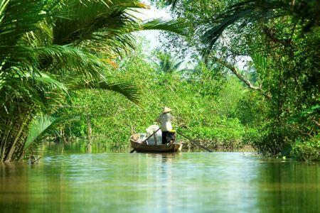 On navigue sur le delta du Mékong au Vietnam.