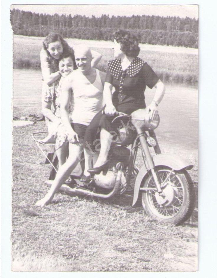 Мотоцикл. Пляж. Девушки .Парень. Юмор. Толмачево. Фото СССР