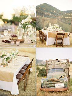 Unas mesas redondas, otras cuadradas y otras rectangulares. Centros de mesa muy simples con botellas con pocas flores en bonches. Nada muy estructurado. Aceitunas y queso sobre la mesa sobre tablas. Y velas blancas. Las flores mas que nada son rosas como silvestres.