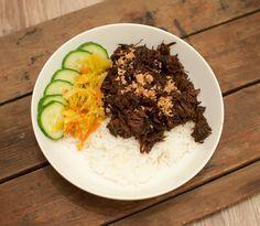 Indonesisch draadjesvlees; een stoofpotje bomvol smaak. Het duur even maar dan heb je wel wat. Lekker met witte rijst, plakjes komkommer en atjar.