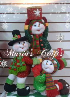 Torre de muñecos de nieve con regalo