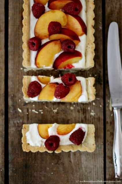 Cheesecake tart with Nectarines & raspberries (recipe in german, google translate does the trick)