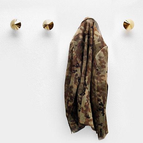 L'elemento decorativo applicato agli indumenti, ovvero la #Borchia, viene trasformato dal designer Lapo Ciatti in un appendiabiti da muro.