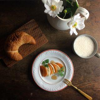 おはようございます。 #柿モッツァレラ と先日焼いた#塩パン で#あさごはん 。  もう10月も終わっちゃいますね。 色々と忙しい10月でした。  キャンプもまた行きたいけど来月は無理かな〜! #あさごはん #あさごぱん #クレセントロール #手作りパン #breakfast  #todaysbreakfast  #kurashi #kaumo #onthetable #onmytable #instafood  #秋明菊 #franceantique  #antiques  #antique  #アンティーク #クレイユモントロー  #creiletmontereau  #カフェラテ #cafelatte  #ていねいな暮らし #花のある暮らし #柿 #モッツァレラ