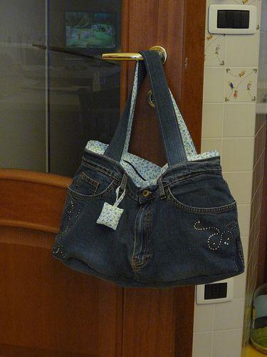 Ecco la borsa jeans, fatta con un paio di vecchi jeans, premetto che non è una mia idea, ma l'ho presa da Marie Claire Idèes n.60 della primavera 2006, per me è semplicissima e bellissima e, a sec...