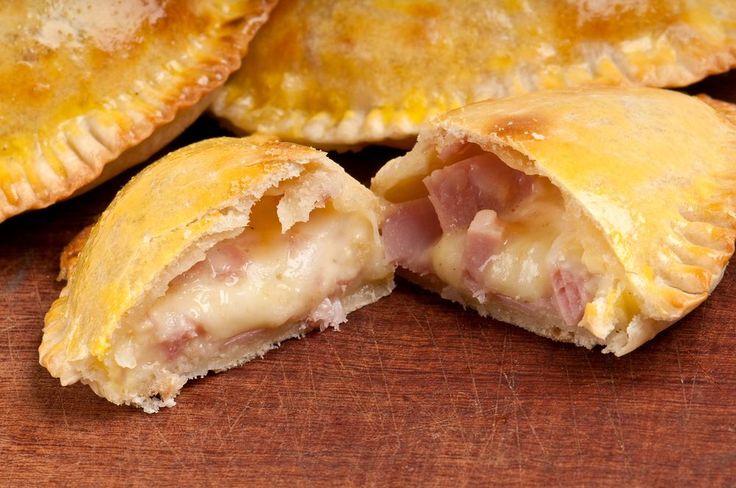 Avis aux grands amoureux de fromage : cette recette très simple de chaussons au camembert et au bacon est spécialement pour vous !  @cuisine-étudiant Vous considérez que le fromage, c&r...