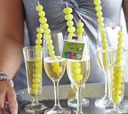 Deko und Brauch in einem: In den Gläsern zum Anstoßen stecken dekorative Spießchen mit Weintrauben. Die sollen gegessen werden - und zwar in einem ganz...