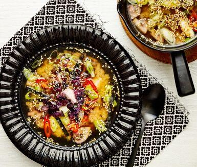 Säg hej till Japan med den här underbart goda rotsaksmison! Vegetarisk pytt, tofu och champinjoner gör soppan matig. Färsk ingefära och misobuljong ger den extra smak. Toppa med salladslök, röd peppar, noriblad och sesamfrön. Ät och njut!