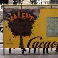 Una parada de autobús de Barcelona que desprende aroma a Cacaolat