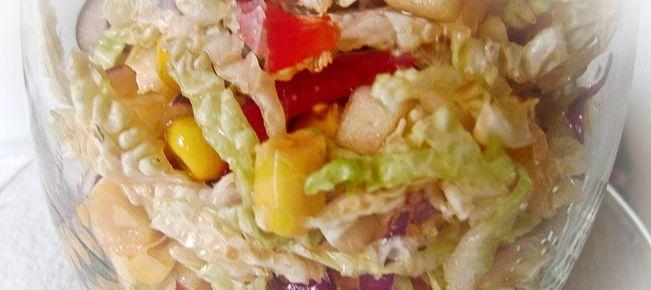 Салат-коктейль из пекинской капусты с кукурузой и перцем ========================== Легкий пикантный низкокалорийный салат из пекинской капусты с кукурузой и сладким перцем - рецепт удачный во всех отношениях и для укрепления отношений :-) Подаем как коктейль.