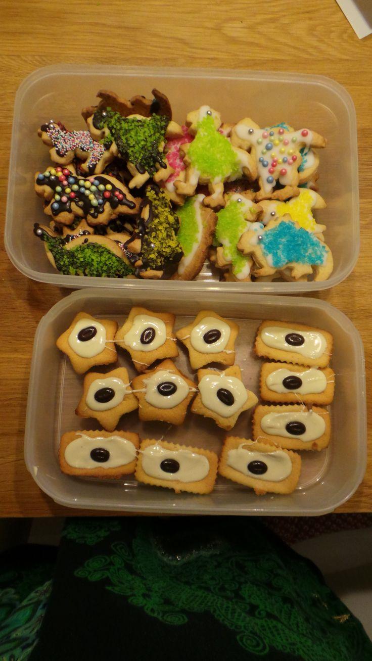 dino koekjes voor de kinderen en mokka cakejes voor de docenten voor mijn zoons 7de verjaardag