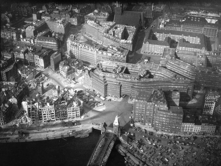 """Klinkerkunst in Hamburg: Dieses wohl 1943 entstandene Luftbild der Hamburger Innenstadt von Süden aus zeigt das in den zwanziger Jahren errichtete Chile-Haus. Das expressionistische Kontorhaus überstand die Bombardierungen Hamburgs, die mehr als 40.000 Menschen das Leben kosteten. Links im Vordergrund sind zerstörte gebäude zu erkennen - möglicherweise wurde das Bild nach der Operation """"Gomorrah"""" aufgenommen, den Großangriffen auf Hamburg zwischen dem 24. und 26. Juli 1943."""