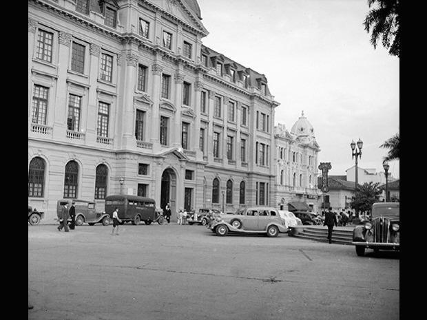 Luisfer Martinez: Preciosa fotografía del ala oriental de la Plaza de Caycedo; por los carros parece la Década del 30.  El Palacio Nacional se ve Majestuoso y el Edificio Otero estaba ocupado en ese entonces por el Hotel Europa. Aixamar LópezFOTOS ANTIGUAS SANTIAGO DE CALI