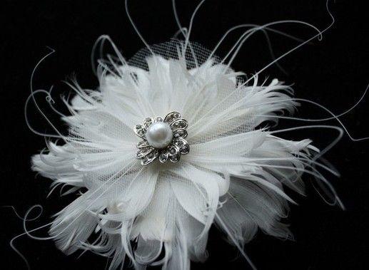 Цветок из белых перьев