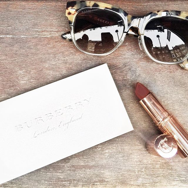 The golden (clay) ticket @burberry + details - mega empolgada para o desfile da Burberry, em nova locação, juntando as coleções feminina e masculina & estreando o modelo see now, buy now... Vic Ceridono | Dia de Beauté