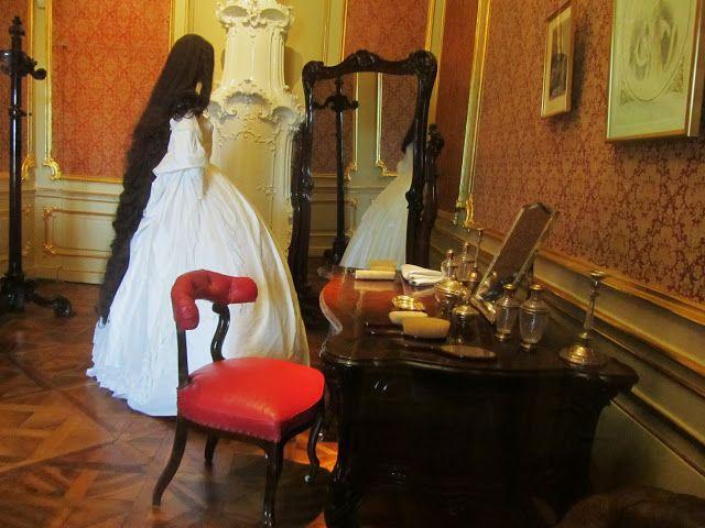 Toilettafel van Elisabeth in de Hofburg. Prachtig haar maar naar mijn idee is het te donker. Sisi's haar was licht kastanjebruin en niet donkerbruin...