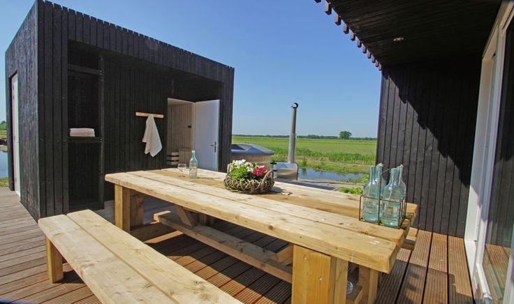 In Drenthe (wapserveen) zijn deze duurzame 4 tot 8 persoons Wellness natuurlodges te vinden. Wat heel bijzonder aan dit vakantieadres is dat naast de gewone slaapkamers er voor de kids 2 bedsteekasten zijn met stapelbedden! Maar het klapstuk is buiten te vinden… op het terras buiten staat een Hottub en de sauna, heerlijk relaxen! Elke lodge is+ Read More