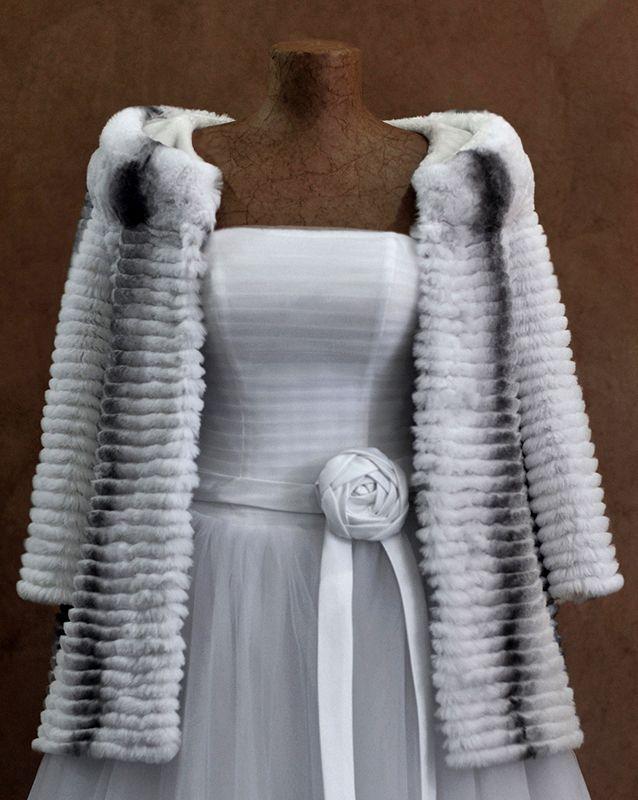 Свадебная накидка: Кролик-2 - http://vbelom.ru/catalog/svadebnaya-nakidka-krolik-2/ Благородная свадебная накидка с длинным рукавом.  Шубка из натурального меха. С длинным рукавом. Благодаря универсальному крою, прекрасно дополнит не только свадебный образ.