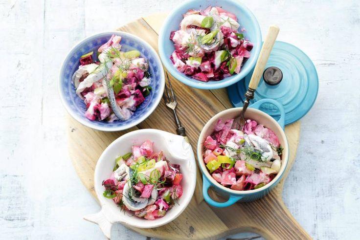 29 december - Vastkokende aardappels en haring in de bonus = Salade waar je van blijft opscheppen. Hij is ook perfect als buffetgerecht. - recept - Allerhande