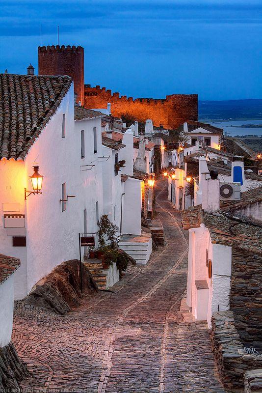 Rua em Monsaraz, no Alentejo, Portugal.  Fotografia: Joe Daniel Price em Getty Images.