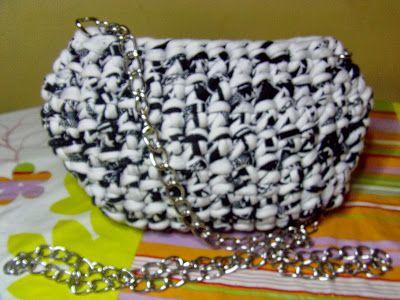 POCHETTE BIANCO NERO: Pochette con una catena di metallo color argento come manico o tracolla. Chiusura zip.  Taglia-Dimensione: Larghezza 23 cm, altezza 15 cm