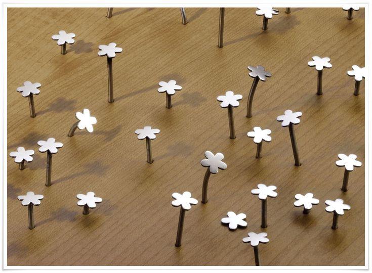 On adore cette belle idée, simple et poétique ! Adoptez ces jolis clous avec leur tête en forme de fleur, utiles et décoratifs. En partant d'un objet anodin et dénué d'esthétique, que l'on cherche habituellement à cacher, Masaharu Ono a imaginé ce merveilleux objet de décoration : à utiliser bien sûr comme simple clou, mais aussi comme porte-bijoux dans la salle de bain, comme porte-clefs dans l'entrée, ou encore en associant plusieurs clous pour créer un tableau étonnant !