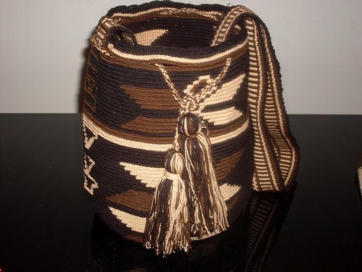 Se venden mochilas y artesanías de los indígenas colombianos Wayúus y Arhuacos. Teléfonos de contacto: 3154475651- 4793604