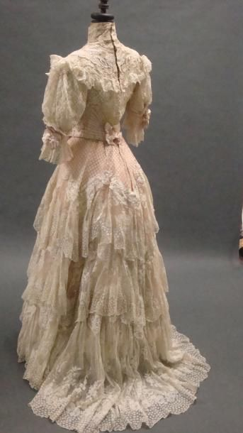 Embroidered organza afternoon dress, 1900. DOUCET. Overlay three petticoats: apricot taffeta, organza in-between lace and linen embroidered satin with lace inlay. Boned bodice with lace and embroidered tulle,  pink and white draped taffeta.