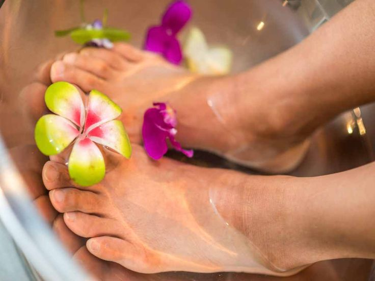 Peppermint foot soak to ease tired painful feet. The essential oil foot soak combines DIY spa recipes. Use foot scrub at home then give yourself a foot pedicure. How To Do Pedicure, Diy Pedicure, Pedicure At Home, Pedicure Tools, Good Massage, Spa Massage, Massage Therapy, Cotton Bedding, Linen Bedding