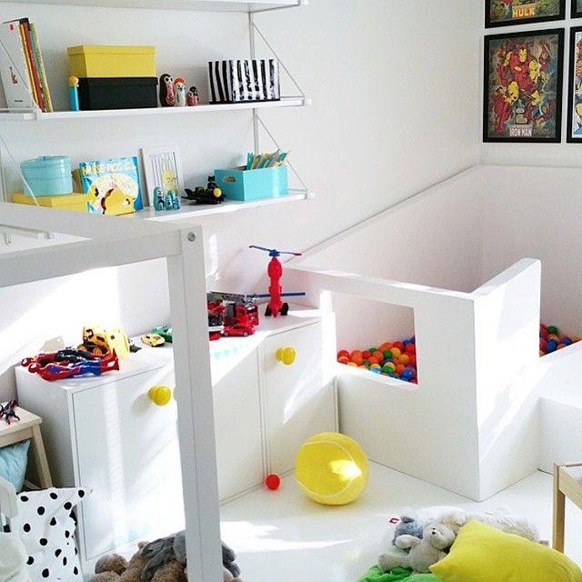 Ser ni vad jag ser??? fantastiskt bollhav mitt i rummet  vilken dröm ❤️ @foxyshome #barnrumsinspo #kidsroom #inspo #bollhav #diy #kidsinspo
