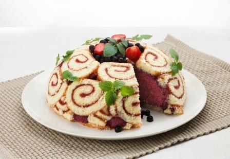 Mustikka-charlotte // Upea ja näyttävä kakku pienellä vaivalla! #leivonnaiset http://www.raisionkeittokirja.fi/fi/resepti/-/p/mustikka-charlotte?reid=480478