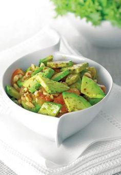 Sałatka z awokado i pomidorów - Awokado - przepisy na dania z awokado: sałatkę makaron guacamole - Składniki: - 2 awokado - 6 dojrzałych pomidorów - sok z 1 cytryny - 2 łyżki oliwy z oliwek - 1 łyżka miodu - 1 ząbek czosnku, posiekany - papryka w proszku - sól...