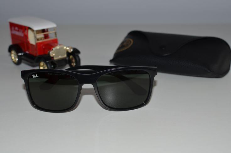 Ochelarii de soare Ray-Ban originali sunt adesea greu de recunoscut. În acest sens ți-am pregătit un ghid cu 7 metode prin care să-i identifici.