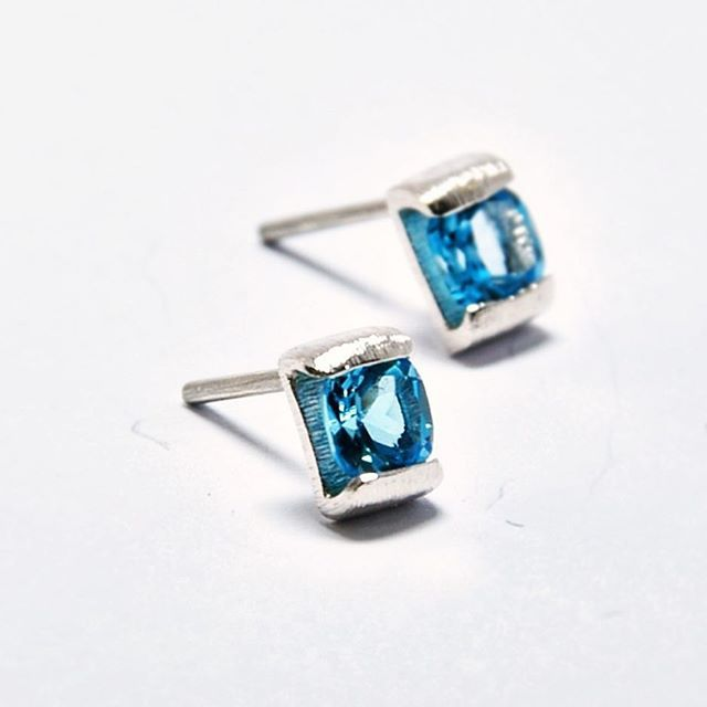 The blue on this Swiss Topaz is absolutely mesmerizing!! I could stare all day!!! Available at www.thaizjewellery.com Use code TZ20OFF at checkout! . . . . . . #swissbluetopaz #bluetopaz #ethicallysourced #gemstones #studs #earrings #recycledsilver #recycled #sterlingsilver #blue #topaz #azul #topazio #handmadejewelry #ethicalfashion #ecofriendlyjewelry #ecofriendly #sustainablefashion #joias #joiasfinas #finejewelry #jewelrygram #brinquinhos #brincos #prata #reciclada #orecchini #ohrring...