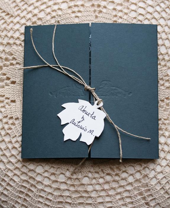 Inivitación de boda. Serigrafía en blanco sobre cartulina Keaykolour verde pino de 300 grs.