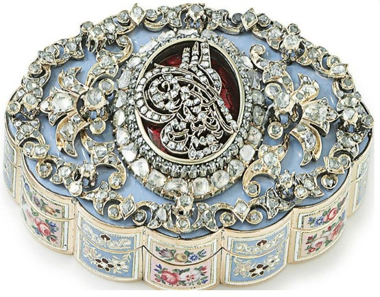 A SWISS GOLD, ENAMEL AND GEM-SET SNUFFBOX  GENEVA, CIRCA 1830  Scalloped oval, with alternating panels of blue and pink ground, the cover applied with a diamond-set tughra within foliate borders set with diamonds, apparently unmarked