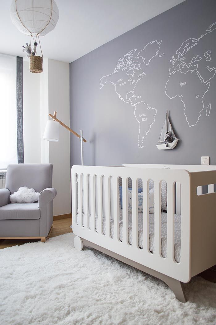 Un dormitorio infantil en gris y blanco · A nursery decorated in grey and white…