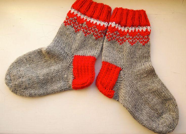 Sain vihdoin valmiiksi Dropsin joulusukat , hieman kyllä joulun jälkeen. Pidän harmaiden sukkien yksinkertaisuudesta, mutta punaiset sukat ...