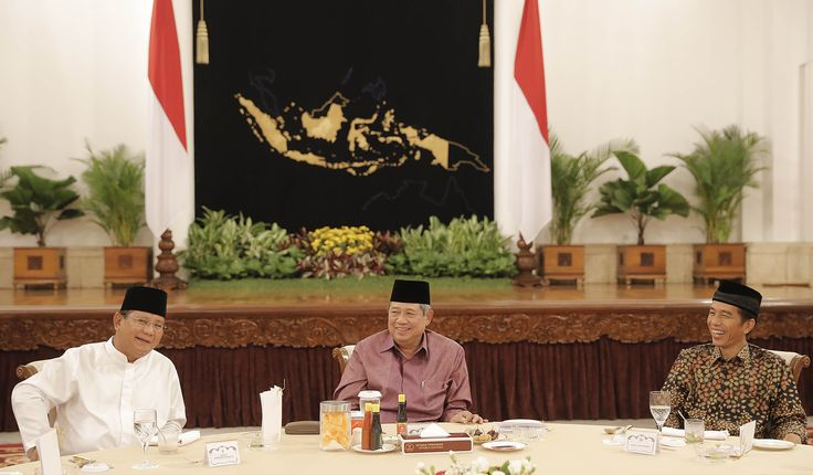 Foto favoritku dari acara buka puasa kemarin dengan SBY, Prabowo, dan Jokowi (sumber foto: arsip Setkab RI)