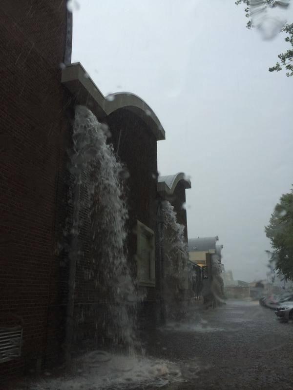 Paradoxaal mooie foto: Amsterdamse regenpijpen bij de Schinkel overstromen  Foto: Ivo van der Pauw #regen #Nederland