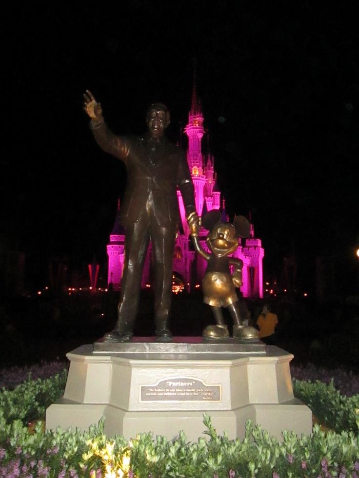 Sir Walt Disney com Mickey Mouse.