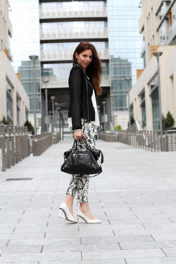 corso como   milano   outfit   look   fashion blogger   fashion blog   pantaloni stampa   stampa barocca   bianco nero   giacca nera   camicia bianca   modella   porta nuova milano   milano moda   zeppe bianche   decollete bianche   scarpe bianche  3