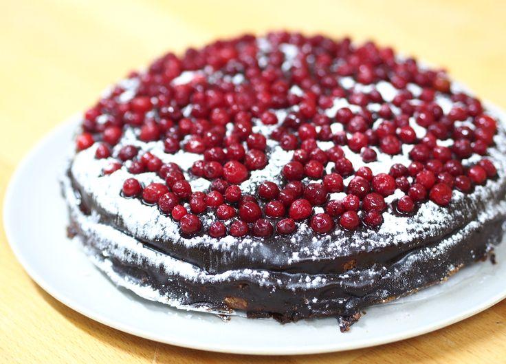Mehevä puolukka-suklaakakku