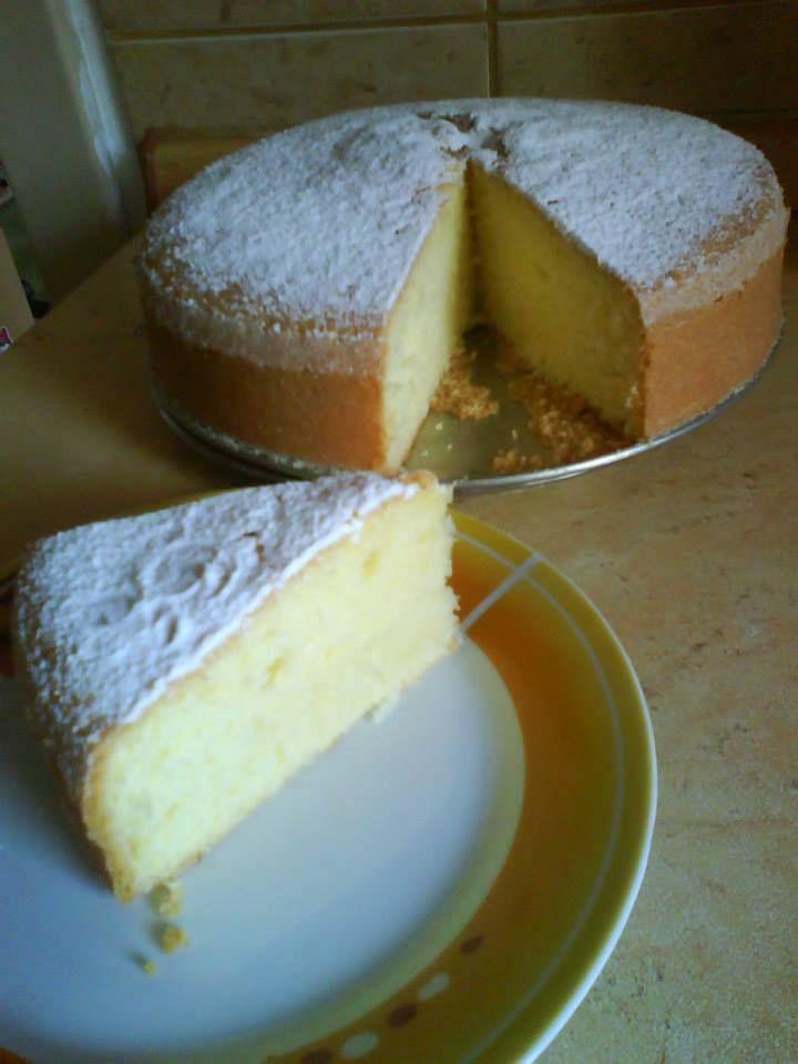 Perfektná domácnosť-Perfect house/ BABETA 25 dkg polohr.mouky; 22 dkg cukru moučka;4 vejce; 1 dcl vody; 1 dcl oleje;1 prášek do pečiva; šťáva ze 2citrónů; nastrouh.kůra z 1citrónu; POSTUP: Žloutky+cukr do pěny, přidáme mouku + prášek do pečiva, pak vše ostatní, nakonec vmícháme sníh z bílků. Pečeme ve vymazané a vysypané dortové formě při 150 stupních - i méně, pečeme hodinku určitě (zkoušíme špejlí). Po upečení ihned pocukrujeme.