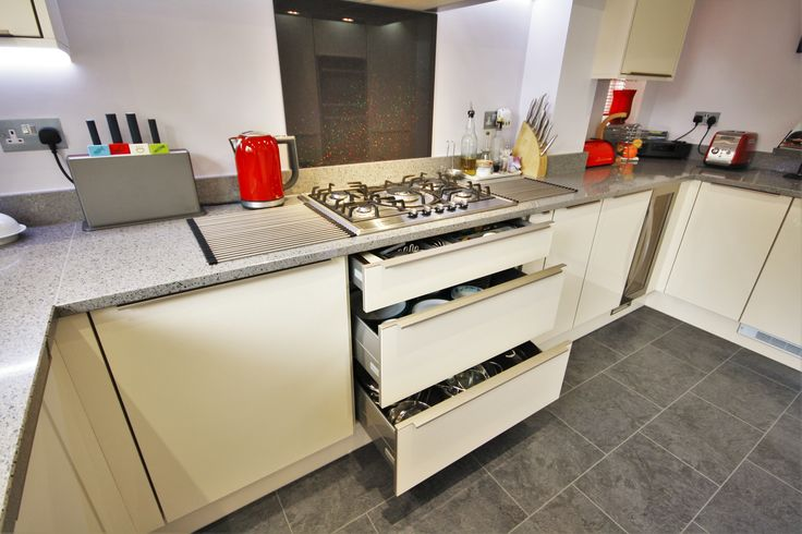 Drawers under the hob, enable ease of use whilst cooking, this draw pack has a cutlery tray at the top, for cooking utensils and two pan draws for all the saucepans and pots needed!