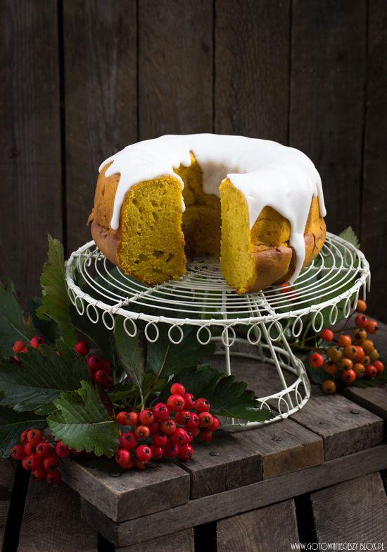 Po dyniowych ślimaczkach z ciasta drożdżowego i dyniowych muffinkach, przyszła pora na dyniową babkę. Wypiek bardzo prosty i bardzo szybki w przygotowaniu.