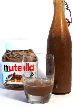 Zelfgemaakte Nutella likeur.. En ja, het smaakt zo goed als het klinkt... ;) Supersimpel om te maken met maar een paar ingrediënten! :D