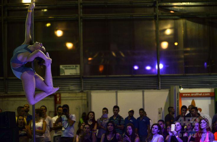 コロンビア・メデジンで開催中のフィットネスイベントで、ポールダンスを披露する女性(2016年2月19日撮影)。(c)AFP/RAUL ARBOLEDA ▼21Feb2016AFP フィットネスとしてのポールダンス コロンビア http://www.afpbb.com/articles/-/3077723 #Pole_dance