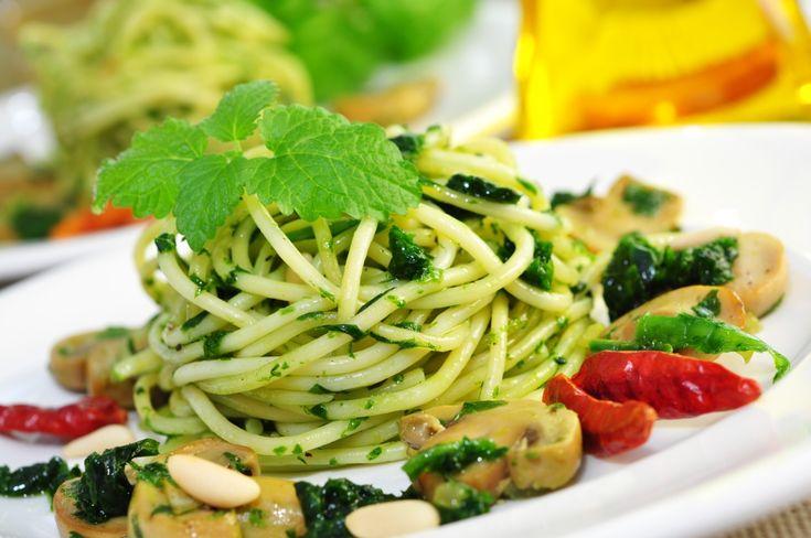 Das Basilikum-Senf-Pesto ist in nur 20 Minuten zubereitet und wird zu Spaghetti empfohlen. ✔ TOP Rezept ✔ Pesto-Varianten